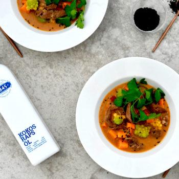 Kokos-Rapsöl und Curry-Eintopf mit Süßkartoffeln und Rindfleisch