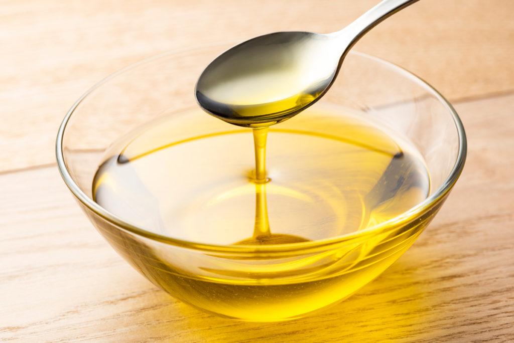Öl statt Butter zum Kochen und Backen lässt sich gut mit Löffel und Schüssel oder Messbecher abmessen.