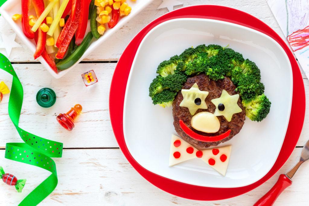 Kochen für Kinder mit lustig angerichtetem Essen