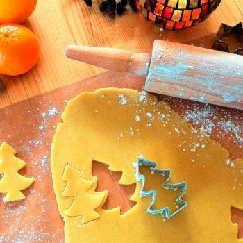 Plätzchenteig mit Öl statt Butter. Ausgerollt mit Weihnachtsausstechern.