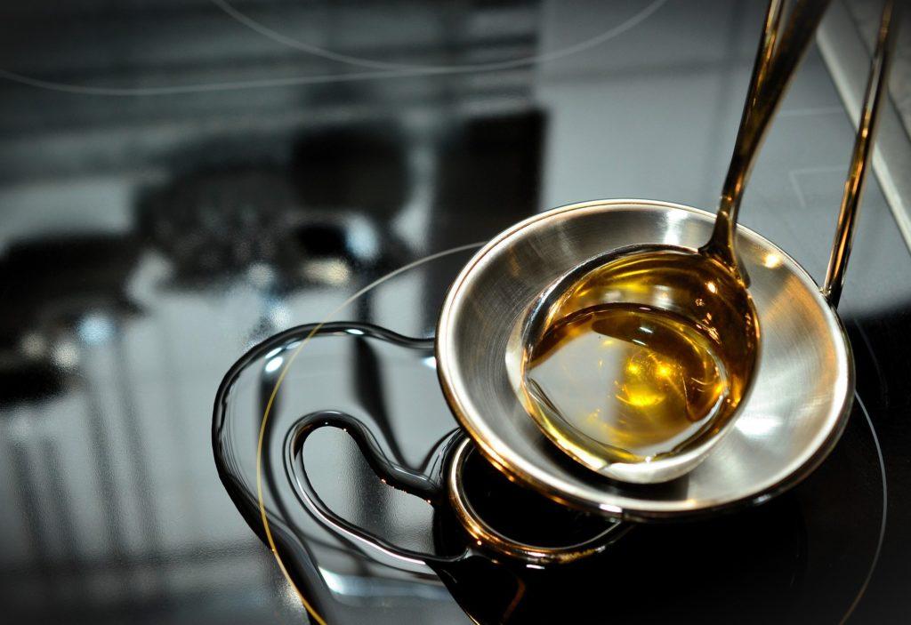 Eine Schöpfkelle mit Öl.