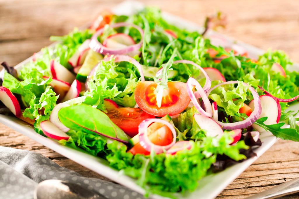 Knackig frische Salat in einer Schüssel mit Dressing Vinaigrette